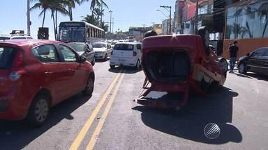 Carro capota no bairro do Rio Vermelho e deixa trânsito lento - Segundo testemunhas, a motorista do carro perdeu o controle do veículo, bateu em outro carro e capotou.