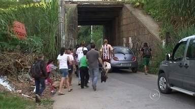 Moradores do bairro Botujuru temem travessia por túnel que liga casas a área comercial - Os moradores do bairro Botujuru, em Campo Limpo Paulista (SP), temem a travessia por um túnel que liga as casas a área comercial da cidade. Diariamente, eles correm riscos, já que precisam atravessar por um local estreito e ainda disputar espaços com os veículos.