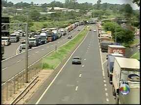 SPTV atualiza informações sobre protestos na Raposo Tavares - Caminhoneiros estão parados no acostamento da rodovia