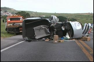 Dois acidentes na MG-050 deixam uma pessoa morta e pista interditada - Colisões aconteceram em Divinópolis e em Formiga.Um motorista de 27 anos morreu e pessoas ficaram presas as ferragens.