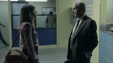 Danielle avisa a Maurílio que seu cofre estava vazio - Vilão desconfia de Zé Alfredo e pede para Silviano entrar em contato com Fabrício Melgaço