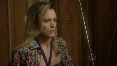Vitória ouve no rádio a notícia do sequestro de Sandra - Ela corre para o aeroclube. Enquanto isso, Rafael tenta manter a calma e passa os comandos para Pedro aterrissar com segurança