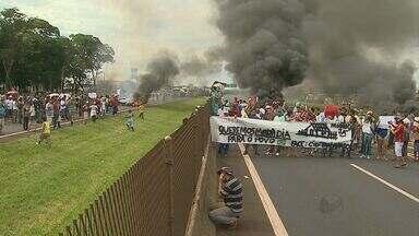 Manifestação reúne grupo em protesto por moradia em rodovia em Ribeirão Preto - Cerca de 700 pessoas bloquearam passagem no trecho por cerca de uma hora e meia.