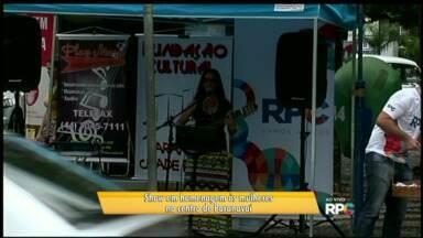 Paranavaí homenageia mulheres com show no centro da cidade - A cantora e compositora Luciana Niehues se apresentou no calçadão da rua Souza Naves.
