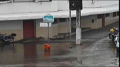 Comerciantes de Aracaju ficam sem água após rompimento de tubulação - Uma parte do Centro de Aracaju ficou sem água na manhã deste sábado (7). O problema foi causado por um rompimento na tubulação que fica no cruzamento das avenidas Coelho e Campos e Carlos Firpo.