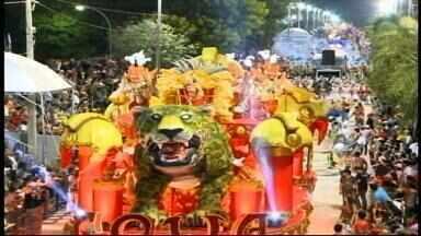 Desfiles de sexta (6) do carnaval de Uruguaiana, RS, dura 10 horas - Assista ao vídeo.
