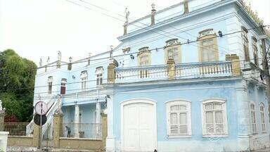 Moradores reclamam de obra que ameaça estrutura de palacete em Resende, RJ - Imóvel centenário fica no Centro Histórico e nova sede do Ministério Público Federal está sendo construída ao lado.