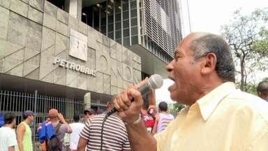 Trabalhadores de obras da Petrobras sentem os reflexos da crise atual - Parte 1 - Funcionários de construtoras estão há meses sem receber os salários. Em algumas cidades, o número de desempregados já passa de 18 mil.