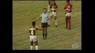 """""""Baú do Esporte"""": em 1988, juiz Margarida rouba a cena em Flamengo x Volta Redonda - Há 27 anos, juiz se emocionava e lutava contra preconceito no futebol."""