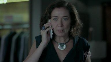 Maria Marta pede que Maria Clara volte ao Brasil - Ela deixa um recado no telefone da filha