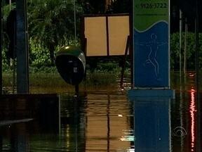Ruas ficam alagadas por forte chuva e transbordo de rios em Joinville - Ruas ficam alagadas por forte chuva e transbordo de rios em Joinville
