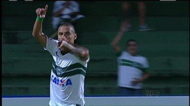 Coritiba vence o Rio Branco-PR e continua na briga pela liderança - Com gols da dupla de ataque, Coxa fez 2 a 0 no Rio Branco e não deixou o Jotinha escapar muito na ponta da tabela