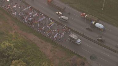 Manifestantes liberam pista da Rodovia Fernão Dias, na Grande BH - Manifestantes liberam pista da Rodovia Fernão Dias, na Grande BH