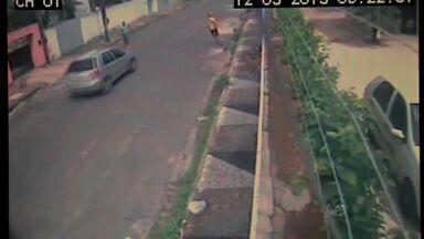 Bandidos roubam e atropelam homem durante a fuga - Crime foi registrado por câmeras de segurança. Polícia procura os suspeitos.