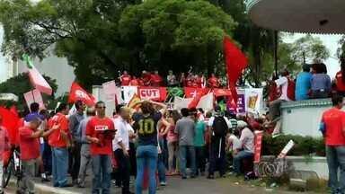 Grupo faz ato em defesa da Petrobras e pede reforma política, em Goiânia - Manifestantes estão concentrados na Praça Cívica, no Centro da capital. Reforma agrária e direitos dos trabalhadores também são reivindicados.