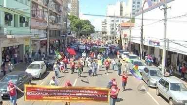 Entidades protestam a favor da Petrobras em Campo Grande - Grupo cantou parte do Hino Nacional para encerrar o ato. Indígenas também pediram regularização de aldeia urbana.