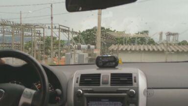 Taxistas de Valinhos, SP, cobram até 50% a mais do valor da corrida - Apesar das multas da Secretaria de Transporte, a prática é facilmente flagrada no município.