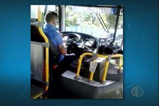 Motorista de ônibus, em Mogi das Cruzes, usa o celular enquanto dirige - O motorista chega a tirar as duas mãos do celular. Passageira gravou vídeo.