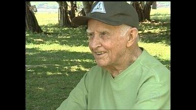 Morre professor Hermógenes, precursor da yoga no Brasil, aos 94 anos - José Hermógenes de Andrade Filho escreveu mais de 30 livros sobre yoga e bem estar. Em 1988, foi escolhido o cidadão da paz do Rio de Janeiro e, em 2000, recebeu a Medalha Tiradentes.