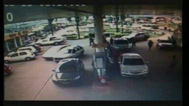 Homem é preso após roubar carro em posto de gasolina no DF - Um jovem de 19 anos roubou um carro e , na fuga, bateu em outros seis veículos. O crime aconteceu em São Sebastião. As imagens foram registradas pelo circuito de segurança do estabelecimento.