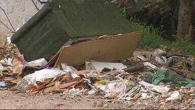 Buracos, alagamentos e lixo atrapalham circulação na Rua Rio Oceânico - Quando chove, canal transborda e a via fica alagada.