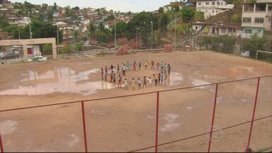 Treinador do Recife funda equipe de futebol envolvida com estudos e vida saudável - Josiel Ferreira treina meninos da comunidade do Vasco da Gama.