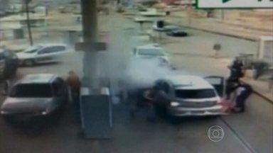 Assaltante bate em seis carros ao tentar fugir da polícia do Distrito Federal - Um assaltante de 19 anos fez o maior estrago, na manhã de sábado (14), em um posto de gasolina de São Sebastião, cidade a 26 km de Brasília. Na tentativa de fuga, ele bateu em seis carros.