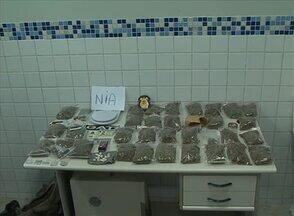Operação apreende pessoas envolvidas com o tráfico de drogas, em Caruaru - Foram encontrados 1,5 kg de maconha, 14 pedras de crack, e 5 cartelas de LSD.