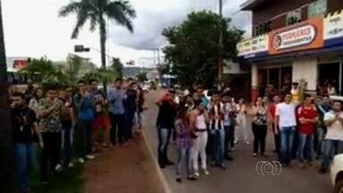 Policial sem farda saca arma durante protesto de estudantes em Goianésia - O policial dirigia um carro e tentava passar pelo bloqueio feito pelos estudantes na Avenida Goiás, a principal da cidade.