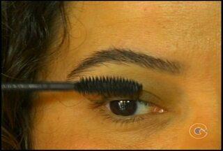 Cosméticos fora da validade podem causar danos à saúde - Mulher teve problema alérgico com maquiagem
