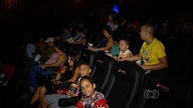 Crianças em tratamento contra o câncer vão ao cinema para sessão especial, em Goiânia - A diversão foi proporcionada neste sábado (14), para crianças que fazem tratamento no Hospital Araújo Jorge.