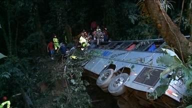 Chega a 30 o número de mortos em acidente de ônibus em SC - O ônibus de turismo despencou de uma ribanceira de cerca de 400 metros na cidade de Campo Alegre, na rodovia SC-418. O motorista teria perdido o controle do veículo em uma curva. Equipes de resgate estão no local.