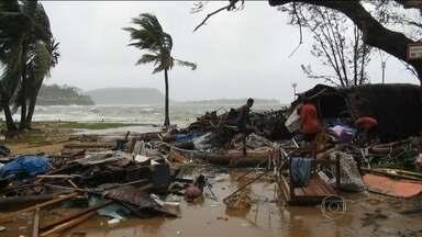 Confirmadas seis mortes em passagem de ciclone em Vanuatu - Rajadas de ventos de até 340 km/h derrubaram árvores e provocaram inundações. Testemunhas dizem ter visto ondas de 8 m. O ciclone Pam chegou a categoria 5, a maior na escala de furacões.