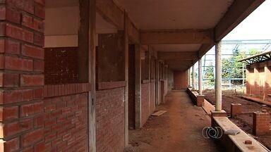 Moradores cobram conclusão de obra de escola em bairro de Goiânia - Imóvel antigo foi demolido há mais de 4 anos, mas nova construção ainda não foi concluída.