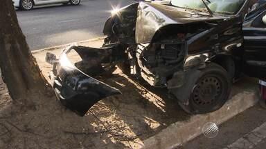 Mulher fica ferida em acidente na Av. Garibaldi, em Salvador - De acordo com a Transalvador, a motorista perdeu o controle do veículo, subiu na calçada e bateu em uma árvore.