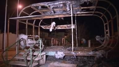Ônibus e posto da PM são incendiados no DF - Atos de vandalismo marcaram a noite de domingo (15). Em Samambaia, um ônibus foi incendiado. É o sétimo caso, só este ano, em todo o DF. Em Santa Maria, um posto da PM voltou a ser incendiado.