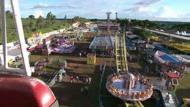 Famílias inteiras aproveitaram o domingo pra se divertir na Expô Paranavaí - O clima agradável ajudou a animar o pessoal.