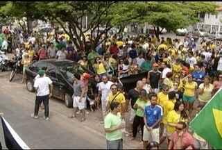Manifestantes protestam nas ruas de Montes Claros - Milhares de Brasileiros em todo o País protestaram contra o Governo e pediram o fim da corrupção.