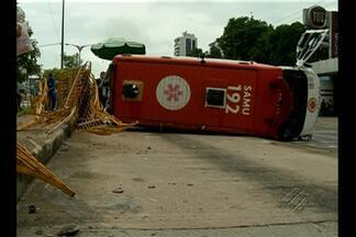 Ambulância tomba na faixa do BRT na avenida Almirante Barroso, em Belém - Acidente aconteceu no início da manhã desta segunda-feira (16). Motorista da ambulância disse que foi 'fechado' por um motociclista.