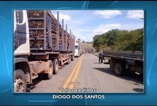 Manifestantes fecharam a BR-367 em Virgem da Lapa - Eles reivindicam melhorias na rodovia que está cheia de buracos.