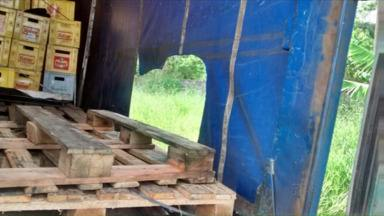Caminhão com carga de cerveja é saqueado por moradores de Ponta Grossa - Enquanto o motorista saiu do caminhão para arrumar a carga que havia se soltado, os moradores aproveitaram para saquear 256 caixas de cerveja