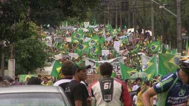 Cerca de 10 mil pessoas participam de protesto contra a corrupção em Cascavel - Manifestantes se reuniram em frente à Catedral e seguiram em passeata até a prefeitura.