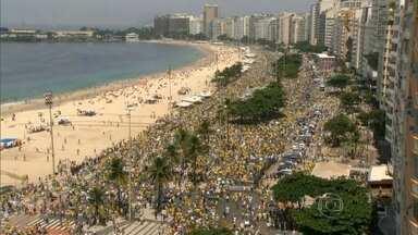 Mais de dois milhões de brasileiros saem às ruas contra a corrupção - Só na principal avenida de São Paulo, um milhão de manifestantes, segundo a PM, pediram o fim da corrupção e protestaram contra o governo Dilma.