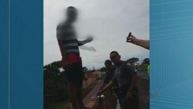 Polícia impede rapaz de praticar suicídio em Sertãozinho, SP - Jovem estava em viaduto quando policiais impediram ação.