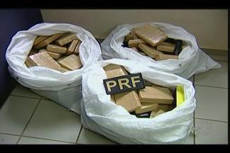 Mais de 150 tabletes de maconha são apreendidos em carro em Fronteira - Segundo PRF, veículo tinha placas do Paraguai e suspeito fugiu. Material foi encaminhado para a Polícia Federal de Uberaba.