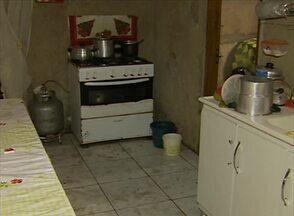 Esgoto invade casa de moradora no Bairro do Salgado, em Caruaru - Ela perdeu praticamente todos os móveis.