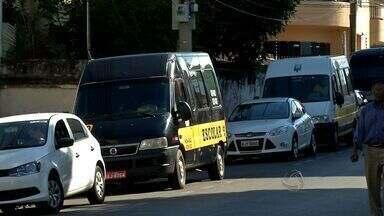 Equipes da Secretaria de Mobilidade Urbana multam vans irregulares que fazem transporte de - Equipes da Secretaria de Mobilidade Urbana multam vans irregulares que fazem transporte de alunos