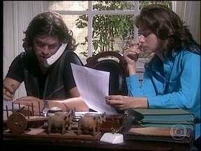 O Rei do Gado - capítulo de segunda-feira, dia 16/03/15, na íntegra - Marcos e Lia tentam entender como funcionam os negócios de Bruno