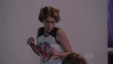 Karina parte para cima de Pedro, mas Delma salva o filho - A menina não suporta a arrogância do guitarrista e enche o rapaz de sopapos. Delma coloca Pedro de castigo perpétuo