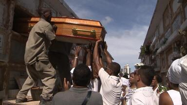Enterrado corpo de integrante do Balé Folclórico assassinado em Salvador - Corpo foi encontrado dentro de pensão onde vítima morava
